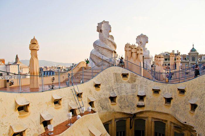 Дом Мила - центральная площадь Барселоны